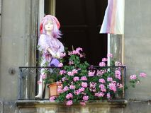 在私有阳台的玩偶在伯尔尼的市中心 免版税库存照片