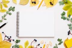 在秋叶框架,自由空间的空白的笔记薄 免版税库存照片