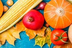 在秋叶顶部的照片,南瓜,石榴,玉米 免版税库存照片