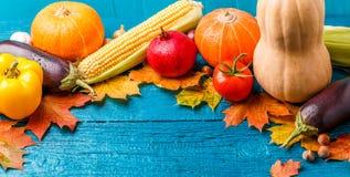 在秋叶顶部的照片,南瓜,蕃茄 库存照片