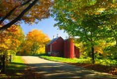 在秋天下午的国家谷仓。 库存图片