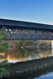 在秋天下午的木走的桥梁 库存图片