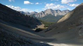 在秋天下的班夫颜色的谷在山小瀑布圆形剧场里面的 免版税库存图片