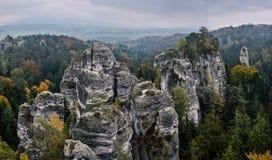 在秋天与五颜六色的树,漂泊天堂,捷克期间的岩石风景 免版税库存照片