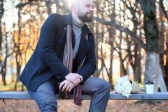 在秋天公园供以人员等待在长凳日期 免版税库存图片