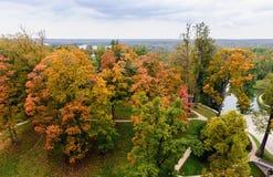 在秋天公园秋天颜色的, Cesis镇,拉脱维亚的鸟瞰图 库存照片