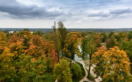 在秋天公园秋天颜色的, Cesis镇,拉脱维亚的鸟瞰图 免版税库存图片