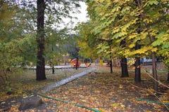 在秋天公园空白的路 库存照片