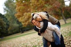 在秋天公园笑的爱恋的夫妇 库存照片