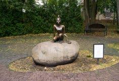 在秋天公园雕刻青蛙公主 库存照片