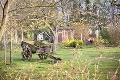 在秋天农场的葡萄酒大车 免版税库存照片