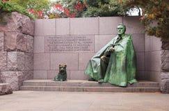 在秋天华盛顿特区的富兰克林・罗斯福雕象 免版税库存照片