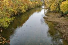 在秋天叶子期间的罗阿诺克河 库存照片