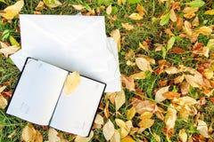 在秋天叶子的笔记本 免版税库存照片
