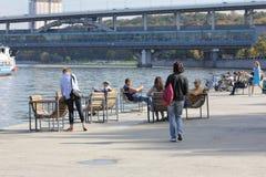 在秋天周末期间,莫斯科河 免版税库存图片