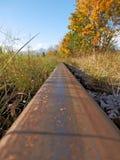 在秋天和山的方向的时路轨 库存照片