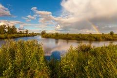 在秋天和水的五颜六色的Ranibow 库存照片