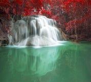在秋天场面的深森林瀑布在Huay Mae waterfal的Kamin 免版税图库摄影