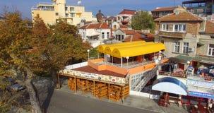 在秋天堤防的夏天咖啡馆在波摩莱,保加利亚 库存图片