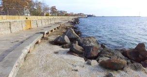 在秋天堤防的石沿海设防在波摩莱,保加利亚 库存照片