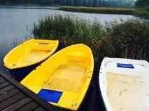 在秋天大气的一条小船 库存照片
