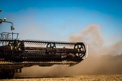 在秋天大豆收获期间的收割机组合在伊利诺伊 库存图片