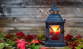 在秋天季节期间的发光的灯笼 库存图片