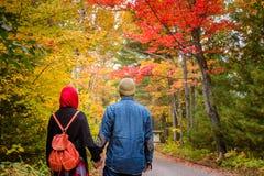 在秋天季节期间的回教夫妇 免版税库存照片