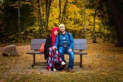 在秋天季节期间的回教夫妇 图库摄影