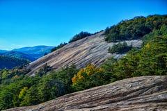 在秋天季节期间的石山北卡罗来纳风景 库存图片