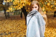 在秋天季节的公园走一个美丽,甜,快乐的女孩的画象 库存图片