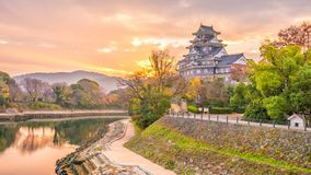 在秋天季节的冈山城堡在冈山市,日本 免版税库存照片