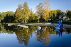 在秋天季节的游泳海湾 库存照片
