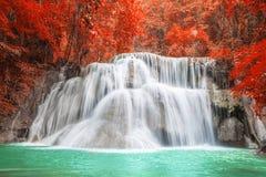 在秋天季节的瀑布在北碧,泰国 图库摄影