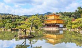 在秋天季节的美丽的金黄亭子Kinkakuji寺庙,京都 库存照片