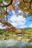 在秋天季节的美丽的金黄亭子Kinkakuji寺庙 库存图片