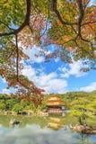 在秋天季节的美丽的金黄亭子Kinkakuji寺庙 库存照片