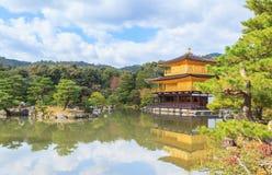 在秋天季节的美丽的金黄亭子Kinkakuji寺庙 免版税库存照片
