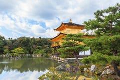 在秋天季节的美丽的金黄亭子Kinkakuji寺庙 图库摄影