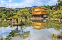 在秋天季节的金黄亭子Kinkakuji寺庙在京都 免版税库存照片