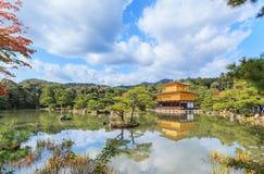 在秋天季节的金黄亭子Kinkakuji寺庙在京都 库存照片