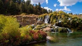在秋天小河的瀑布在天鹅秋天谷在爱达荷 图库摄影