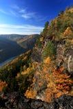 在秋天山之间的河 库存照片