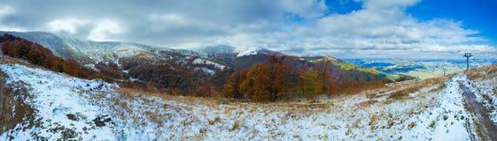 在秋天山和滑雪电缆车的第一冬天雪 免版税图库摄影
