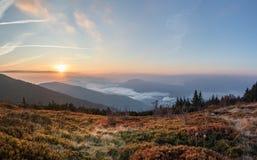 在秋天山的日出 库存照片