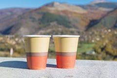 在秋天山的饮用的咖啡 免版税图库摄影
