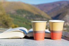 在秋天山的读的和饮用的咖啡 免版税库存照片
