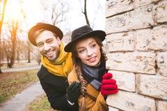在秋天成套装备看的快乐的年轻夫妇 免版税库存图片