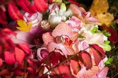 在秋天新娘花束的婚戒 免版税库存照片