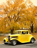 在秋天日的经典汽车 免版税库存照片